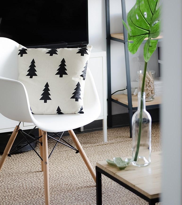 Décoration d'intérieur d'un salon scandinave avec une chaise Eames pour le coin lecture