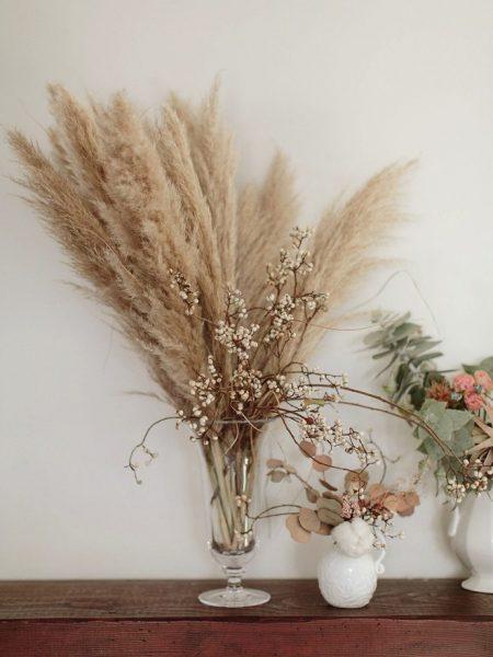 Herbe de la pampa dans un décor floral