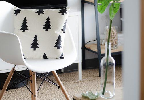 Coin lecture avec une chaise d'inspiration Eames, décoration d'intérieur à L'île de La Réunion