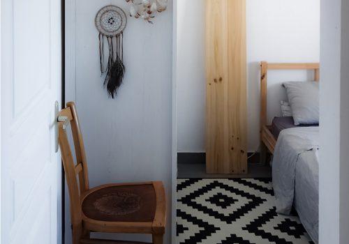 Chambre au tapis scandinave à La Réunion, aménagement et décoration intérieure par Décogité