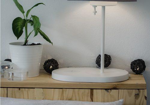 Tête de lit en bois décorée d'une guirlande lumineuse, projet décoresponsable